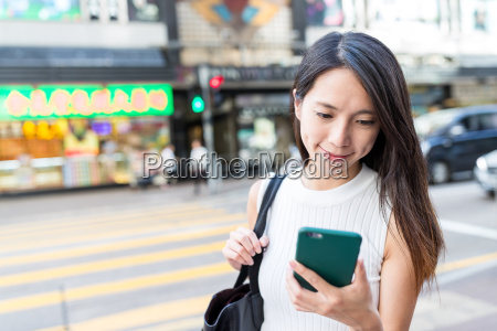 frauengebrauch des handys in hong kong