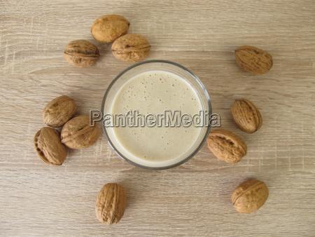 selbst gemachter protein shake mit walnussmehl