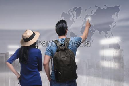 portraet von asiatischen paar reisender ziel