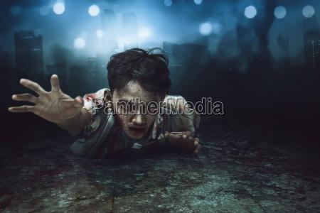 gruseliger asiatischer zombie mann der sich