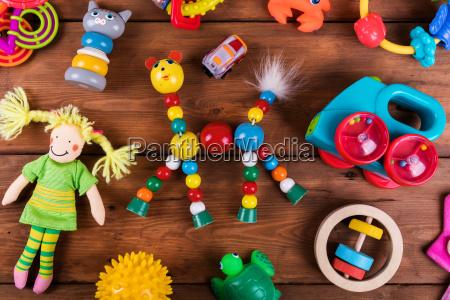 gruppe von bunten baby spielzeug auf