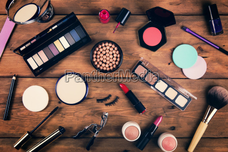 make up kosmetik auf holzuntergrund draufsicht