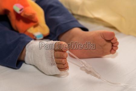kind bekommt infusion nahaufnahme kanuele