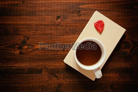 tasse tee auf einem buch und