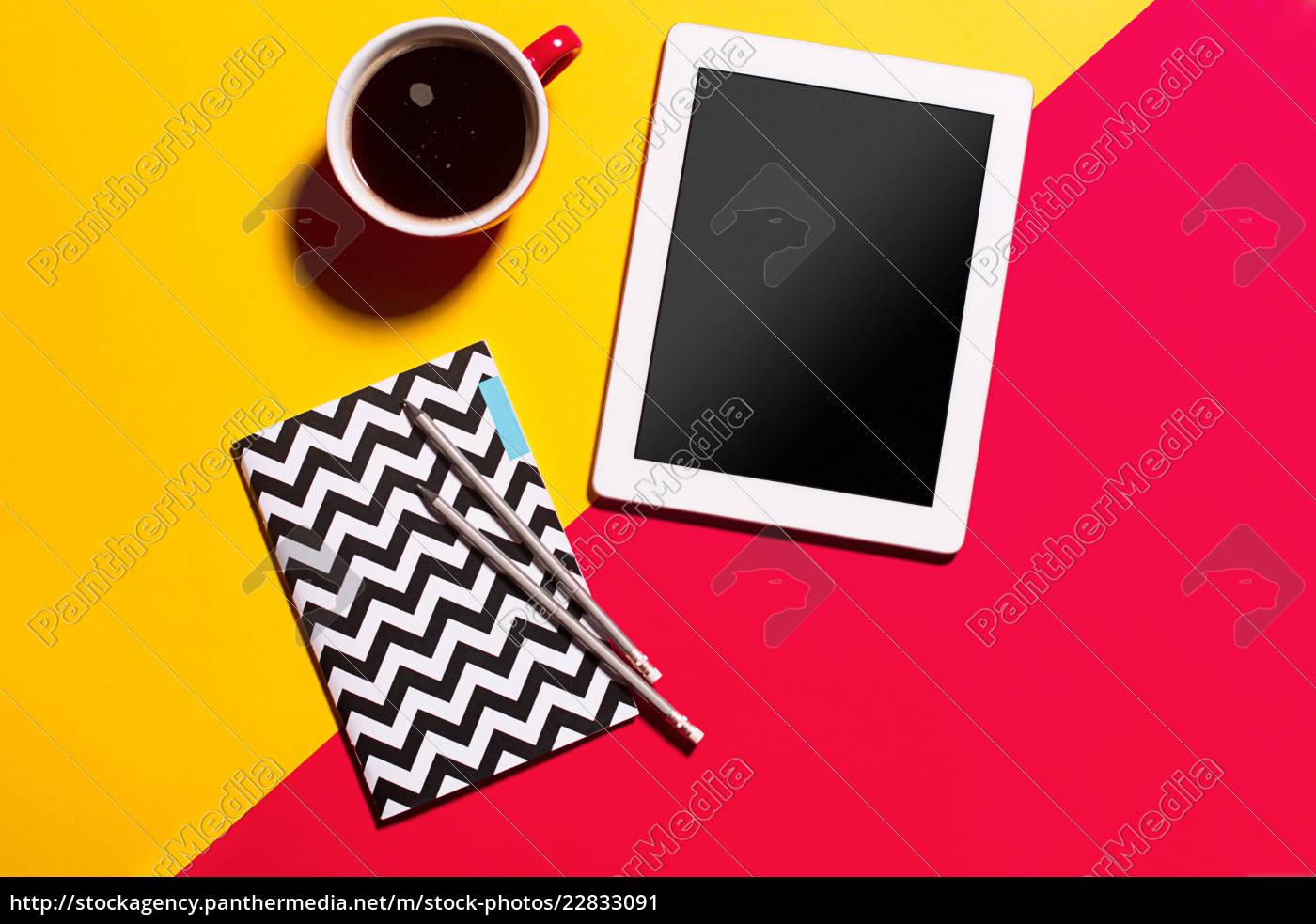 moderne, rote, büro, schreibtisch, tisch, mit - 22833091