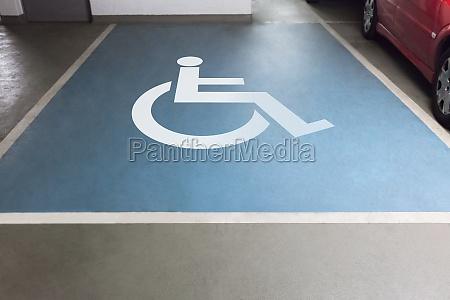 handicap schild fuer das parken in