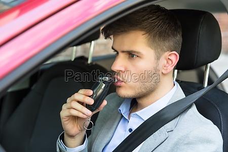 mann der innerhalb des autos sitzt