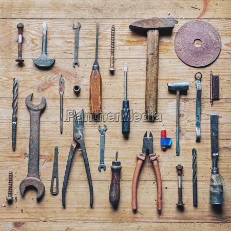 alte schmutzige vintage reparaturwerkzeuge auf holzhintergrund