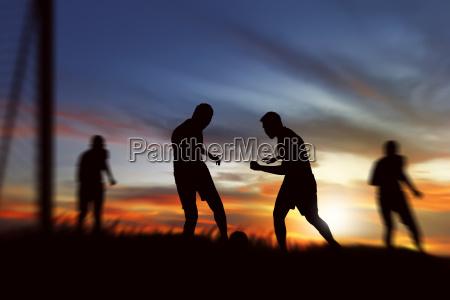 silhouette der fussballspieler bereit kickball