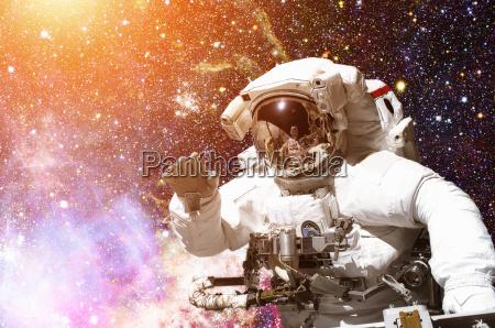 astronaut im weltraum galaxie und sterne