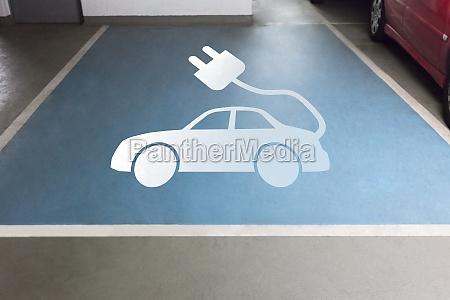 elektrofahrzeugschild auf dem parkplatz