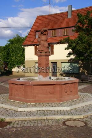 abt auf dem marktplatzbrunnen in weissach