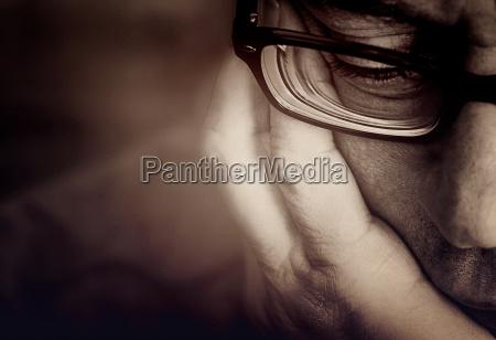 teilansicht eines maennergesichts mit brille und