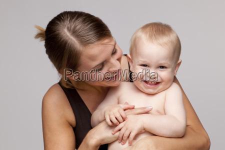 portraet des gluecklichen hemdlosen babys mit