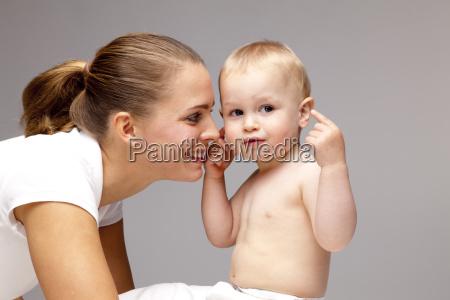 glueckliche junge fraudie das hemdlose baby