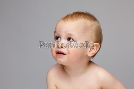 nettes babydas beim schreien gegen grauen