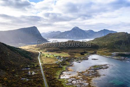 blick auf schoene berglandschaft mit norwegischem