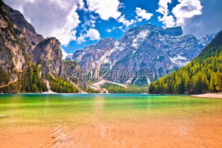 lago di braies tuerkisfarbenes wasser und