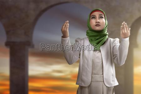 moslemische betende frau