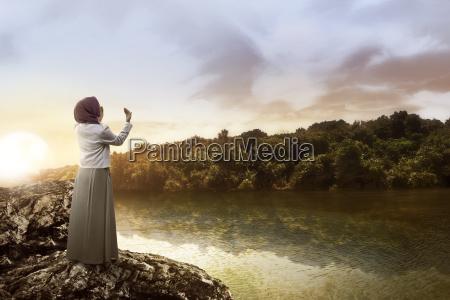 muslimische frau betet am see