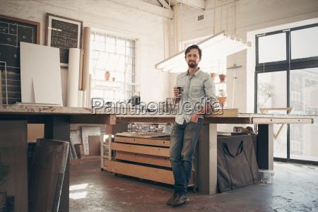 junger designer in seiner werkstatt bei
