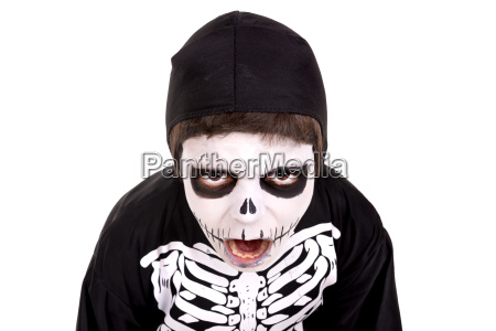 junge im halloween skelett kostuem