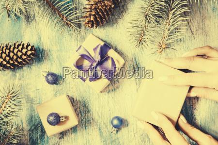 weihnachtskarte mit geschenk verpackt und weihnachtsschmuck