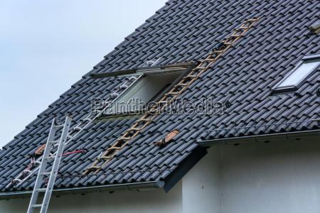 dachdecker baut dachfenster ein