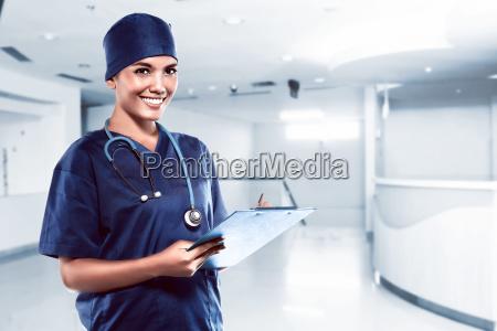 doctor bastante asiatico que sonrie con