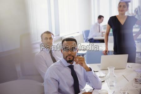 aufmerksame geschaeftsleute hoeren im konferenzraum treffen