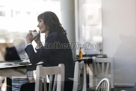 businesswoamn mit laptop 2c
