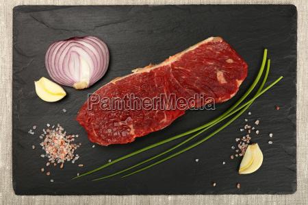 raw rindfleisch steak fleisch schneiden und