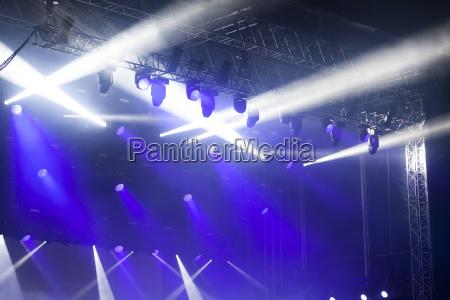 reflektorlichter bei einem musikfestival