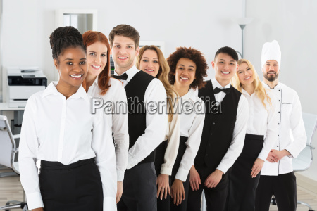 zuversichtlich restaurant personal standing in row