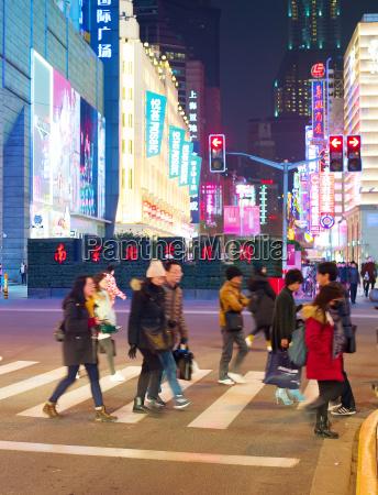 menschen ueberqueren shanghai strasse china