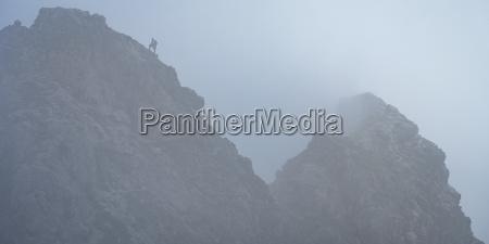 bergsteiger am berg und klettersteig bei
