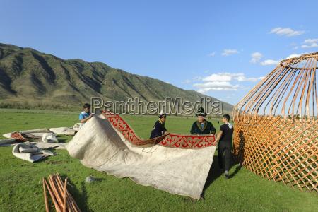 kasachische maennerdie ein jurtesati dorftien shan