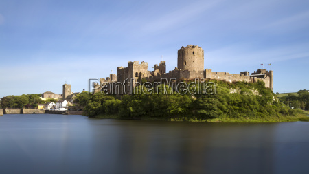pembroke castle und stadtmauern an einem