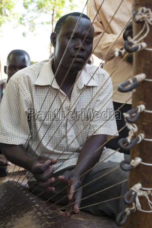 maenner mann fahrt reisen musikinstrument farbe