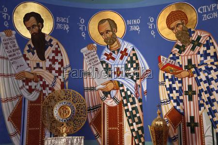 liturgisches objekt und fresko im heiligtum