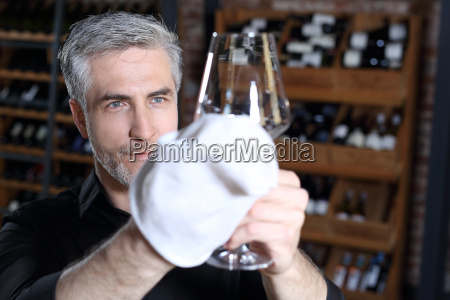 der barkeeper reinigt das glas