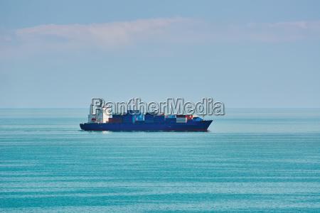 containerschiff im schwarzen meer