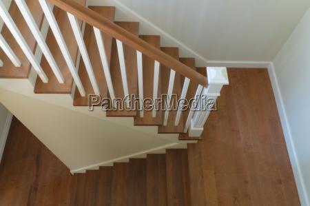 weisse treppe innenraum klassisch gestaltung holztreppen