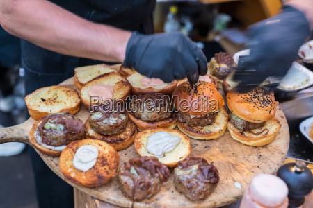chef machen rindfleisch burger im freien