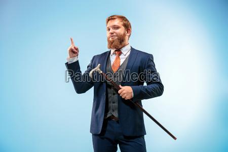 der barded mann in einem anzug
