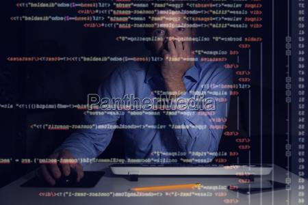 programmierer arbeiten mit programmiercode auf dem