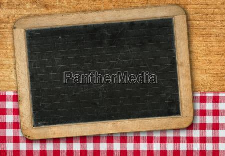 tafel auf holzhintergrund mit einem rot