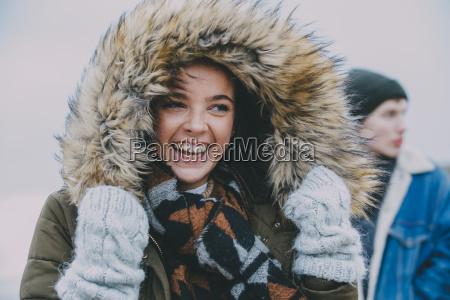 frau lacht auf einem winterstrand