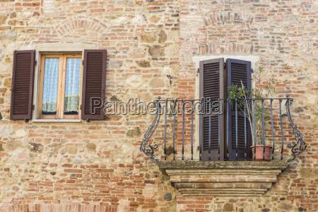 italien toskana montepulciano steinige und backsteinfassade
