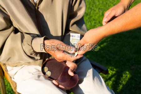 senior bekommt rente spende altersarmut